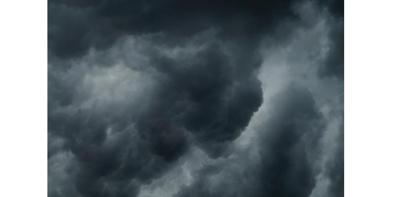 ciel menaçant, nuages gris / noirs
