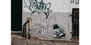 street art d'enfant pleurant dans ses mains