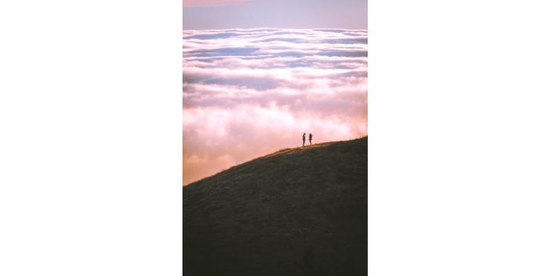 TOPOPHILIE discussion au sommet d'une montagne devant une mer de nuages