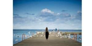 Acceptation femme marchant sur un ponton