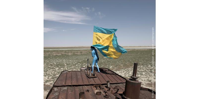 Photo de Sarah Trouche pendant une performance sur la mer d'Aral