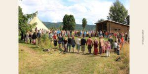 Photo d'habitants d'un écovillage en cercle