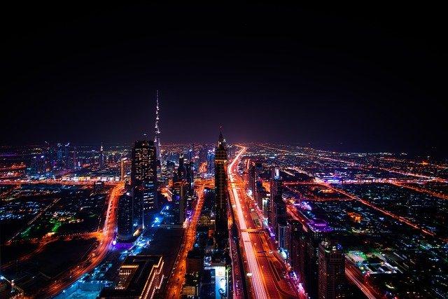 grande ville éclairée la nuit