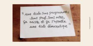 Image d'une note de papier expliquant ce qu'est une école démocratique